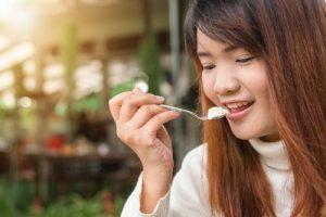 manger un yaourt