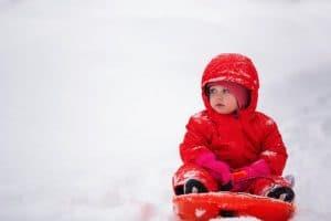 bebe avec combinaison en hiver