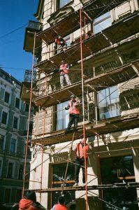 chantier, ouvrier avec un post radio