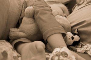 enfant qui dort dans un lit cabane